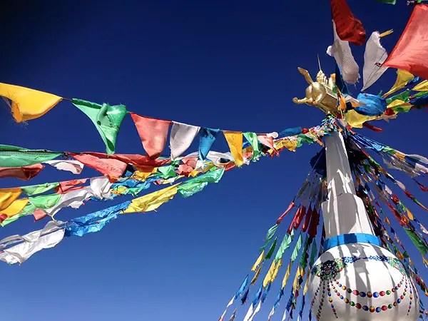 tibetan flags, qinghai lake, Qinghai Travel Highlights, biggest lake in china, biggest saltwater lake in china