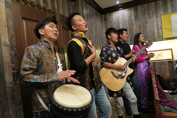 tibetan songs, qinhai songs, tibetan xining restaurant singers, tibetan dumplings in tibetan restaurant in xining, Tibetan yak meat cuisine, qinghai cuisine, xining cuisine, qinghai highlights, qinghai tourism