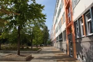 Gebäudefront am Schulhof
