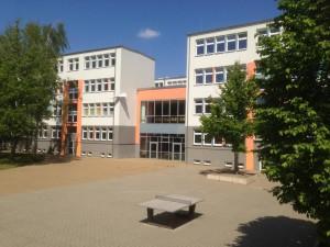 Blick auf die Aula vom Schulhof