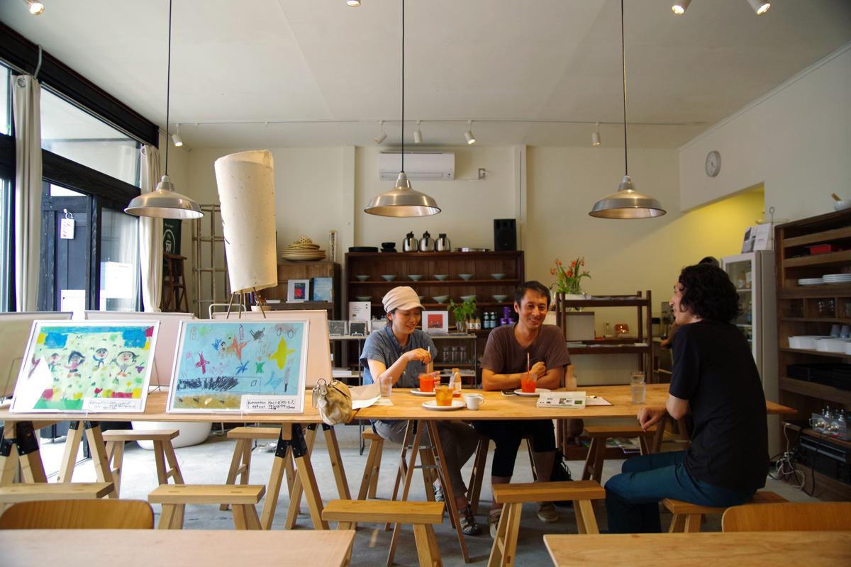 開かれた場にしたいと、夏休み期間カフェスペースに地元の小学生の絵画も展示