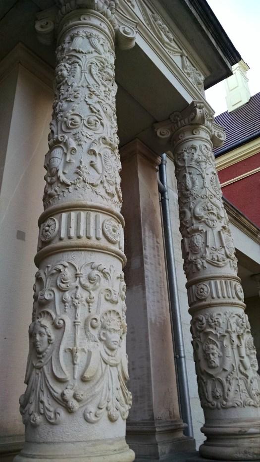 Neues Schloss, Portikussäulen mit historistischer Ornamentik/ Foto: Franziska Gurk