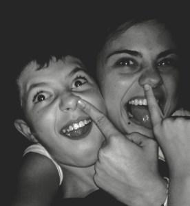 Alba y Ángel haciendo reír a su madre.