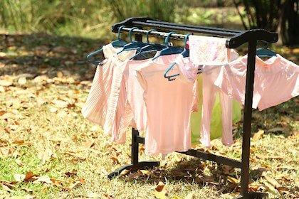 手洗いしたあとの洗濯物を干している風景