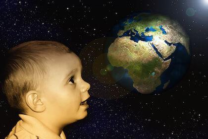 将来海外に出ることを夢見る赤ちゃん