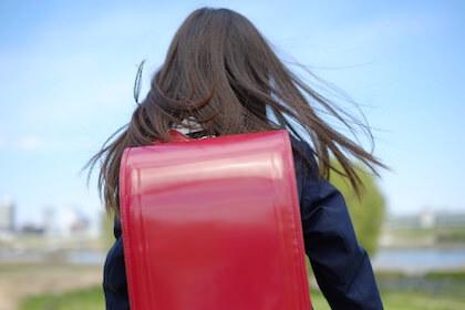 未来に向かって歩く小学1年生の女の子