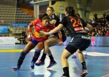 Marta Mangue aux prises avec la défense néerlandaise. Crédit photo : Álvaro Bermejo / RFEB