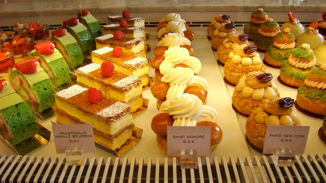 Popular places to eat desserts in Paris