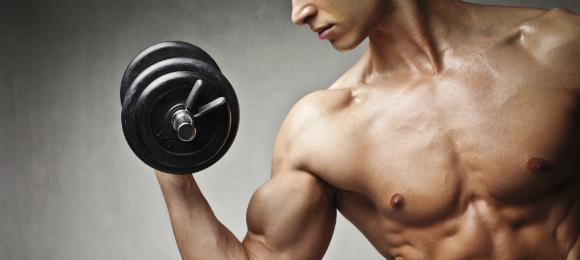 大胸筋を鍛える男性