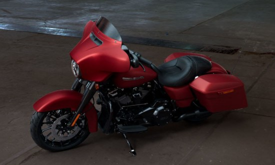 Motocykel Harley-Davidson touring Street Glide Special 114 farba Wicked Red Denim