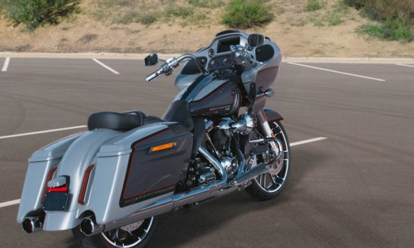 Motocykel Harley-Davidson CVO Road Glide farba Lightning Silver & Charred Steel With Black Hole