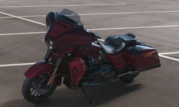 Motocykel Harley-Davidson CVO Street Glide farba Black Forest / Wineberry