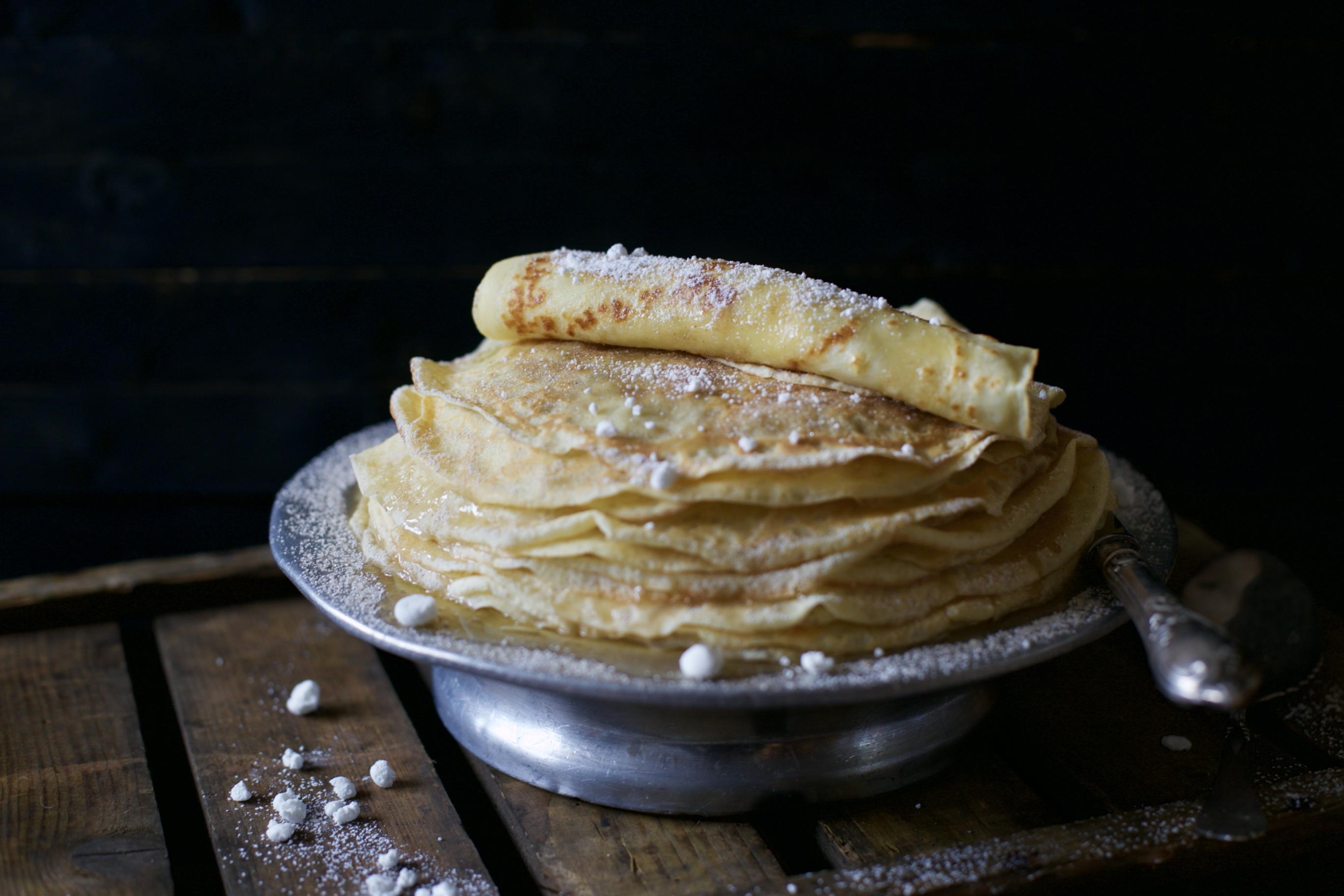 Bretonische Crêpe mit Zucker, Zimt und Baiser