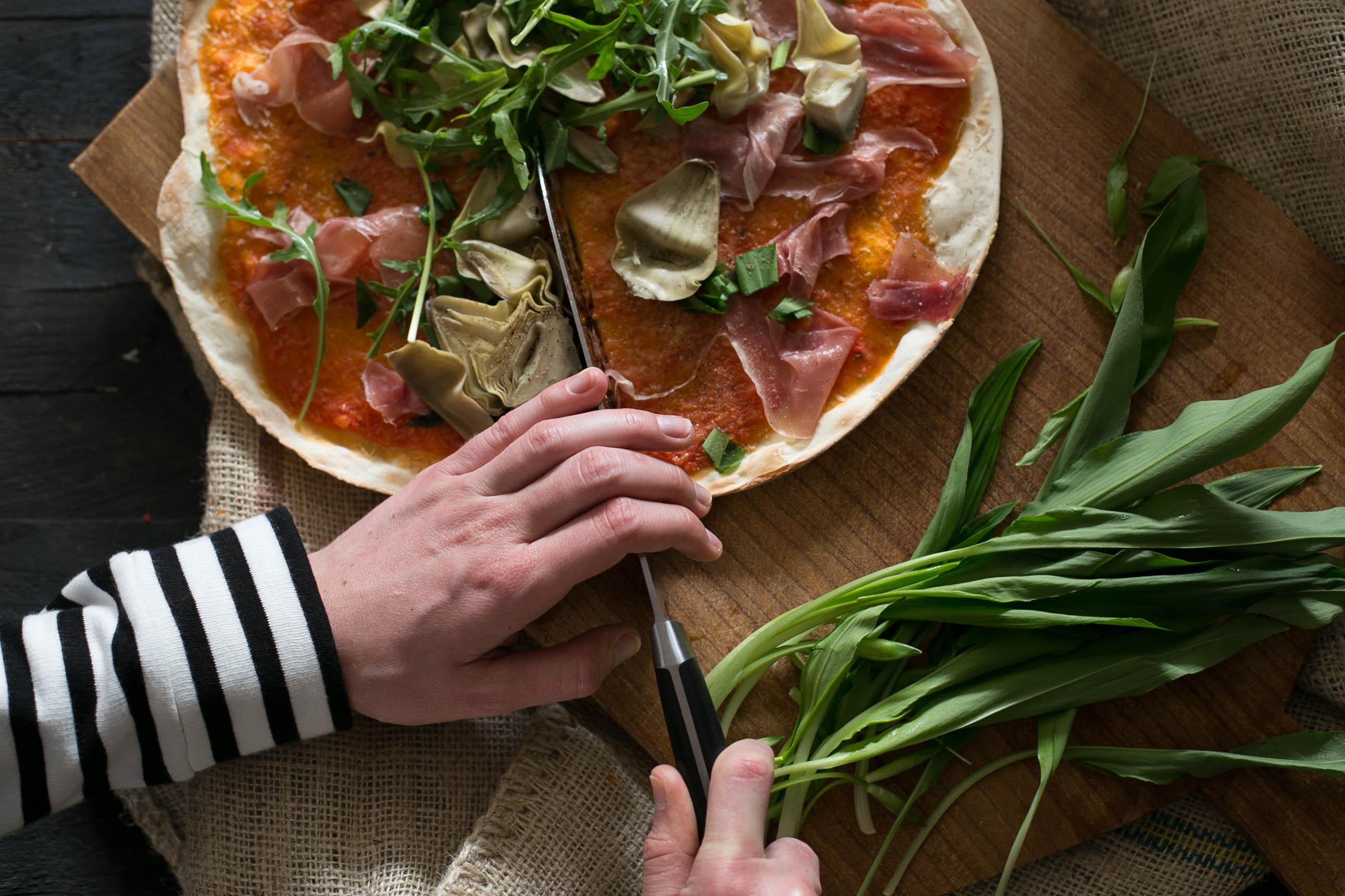 Pizza mit Sauerteig, Bärlauch, Artischocken und Parmaschinken