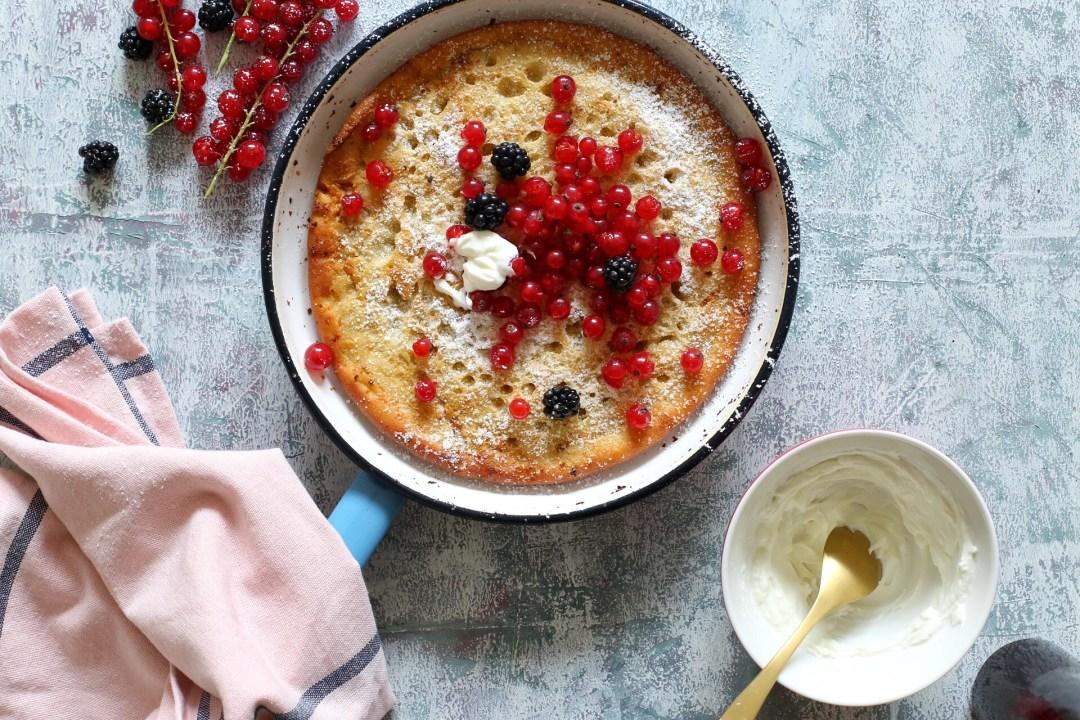 Ofenpfannkuchen mit Beeren