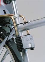Pro zadní samonosnou sedačku stačí na sedlovou trubku připevnit držák, do kterého se snadno zasunou pružící tyče nesoucí skelet sedačky.