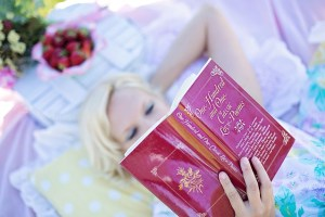 woman-reading-887274_640