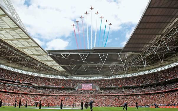 Londonski Wembley je verjetno najslavnejši stadion, na katerem so se zvrstile neštete legendarne tekme. Sprejme lahko kar 90.000 gledalcev.