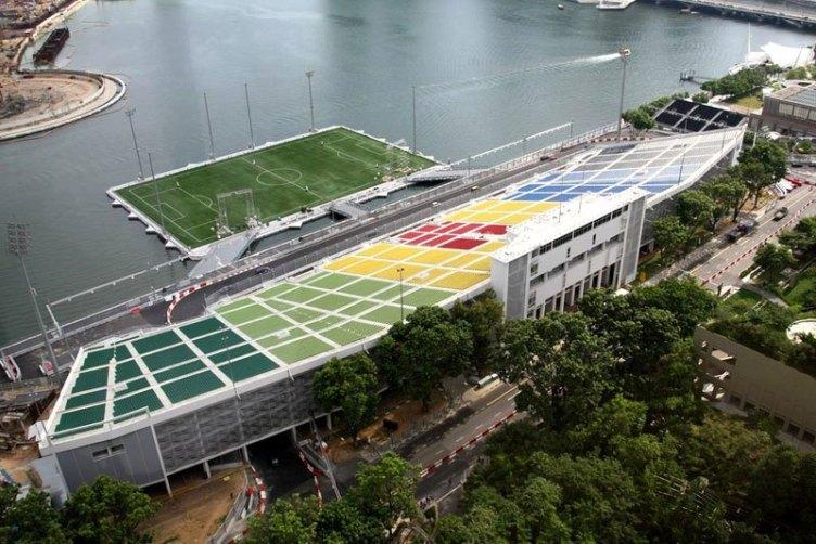 The Float v Singapurju je največji stadion na svetu, ki stoji na vodi. Sprejme lahko kar 30.000 obiskovalcev.