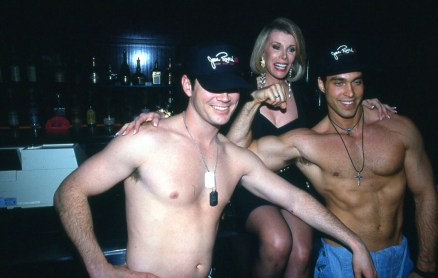 Joan Rivers pozira z dvema fantoma zgoraj brez na zabavi Gossip Party v Clubu USA, 1993.