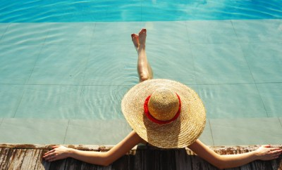 woman hat in pool
