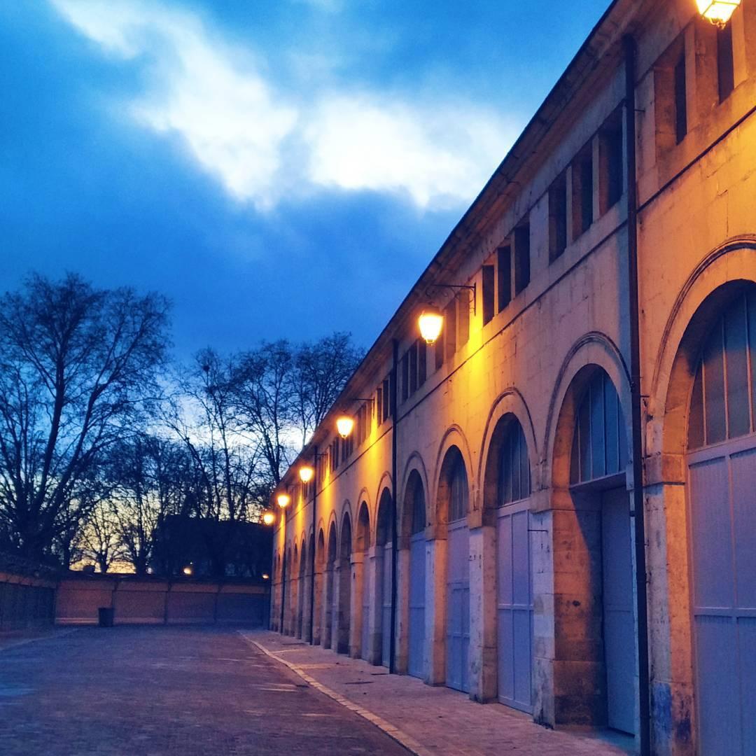 Entre chien et loup.   #bourges #bourgescity #bourgestourisme #berryprovince #evening #sunset #sky #lights #winter #urban #city #architecture #leshalles