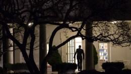 Ο Πρόεδρος Ομπάμα εισέρχεται στο γραφεό του... Photo via White House