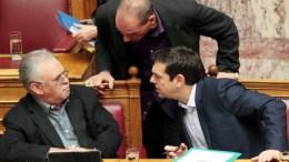 Ο Γιάνης Βαρουφάκης, με τον πρωθυπουργό Αλέξη Τσ'ιπρα και τον αντιπρόεδρο της κυβέρνησης Γιάννη Δραγασάκη, Φωτογραφία ΑΠΕ-ΜΠΕ