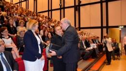 ΦΩΤΟΓΡΑΦΙΑ ΑΡΧΕΙΟΥ Αρης Βικέτος, ΑΠΕ-ΜΠΕ: Ο υφυπουργός Τέρενς Κουίκ με την Χαρίτα Μάντολες και την συγγραφέα.