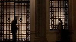 Σκιά από άνδρα της ασφάλειας στην είσοδο του Μεγάρου Μαξίμου. ΑΠΕ-ΜΠΕ, ΑΛΕΞΑΝΔΡΟΣ ΒΛΑΧΟΣ