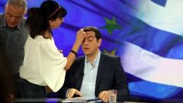 Ο πρωθυπουργός Αλέξης Τσίπρας (Κ) ετοιμάζεται για την συνέντευξη, τη Δευτέρα 29 Ιουνίου 2015, στο στούντιο της ΕΡΤ. Ο πρωθυπουργός Αλέξης Τσίπρας παραχώρησε συνέντευξη σε εκπομπή της ΕΡΤ των δημοσιογράφων Πάνου Χαρίτου και Αντώνη Αλαφογιώργου. ΑΠΕ-ΜΠΕ/ΑΠΕ-ΜΠΕ/ΑΛΕΞΑΝΔΡΟΣ ΒΛΑΧΟΣ