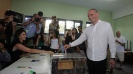 Ο Γιάνης Βαρουφάκης ασκεί το εκλογικό του δικαίωμα στο 1986 εκλογικό τμήμα στη Γλυφάδα. ΑΠΕ-ΜΠΕ, Αλεξανδρος Μπελτές