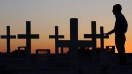 Φωτογραφία ΑΡΧΕΙΟΥ: Συγγενείς πεσόντων αξιωματικών και οπλιτών κατά την τουρκική εισβολή του 1974 επισκέφθηκαν το στρατιωτικό κοιμητήριο στον Τύμβο Μακεδονίτισσας. Σήμερα κλείνουν. ΚΥΠΕ/ΚΑΤΙΑ ΧΡΙΣΤΟΔΟΥΛΟΥ