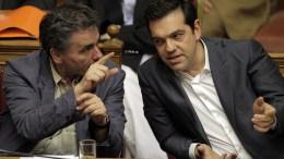 Ο πρωθυπουργός Αλέξης Τσίπρας (Δ) μιλάει με τον υπουργό Οικονομικών Ευκλείδη Τσακαλώτο (Α).  ΑΠΕ-ΜΠΕ, Ορέστης Παναγιώτου