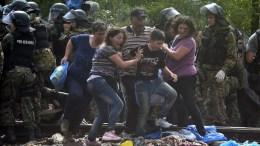 Φωτογραφία Αρχείου: Migrants break through the cordon of FYROM special police forces to cross into FYROM near the southern city of Gevgelija. EPA, GEORGI LICOVSKI