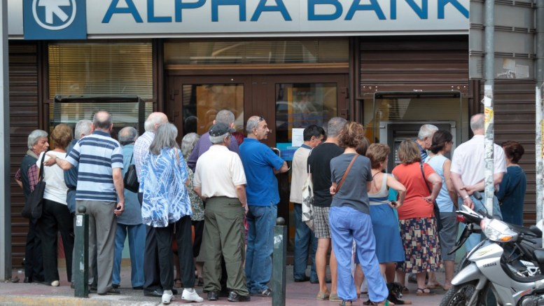 FILE PHOTO: Πολίτες περιμένουν έξω από υποκατάστημα τράπεζας, τις πρώτες ημέρες επιβολής των capital controls. ΑΠΕ-ΜΠΕ, Παντελής Σαίτας