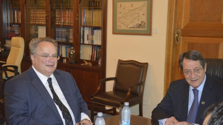 Ο πρόεδρος της Κύπρου Νίκος Αναστασιάδης συνομιλεί με τον υπουργό Εξωτερικών της Ελλάδας Νίκο Κοτζιά. Φωτογραφία Αρχείου, Αρ. Βικέτος, ΑΠΕ-ΜΠΕ.
