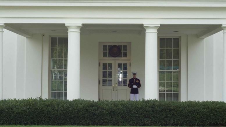Πεζοναύτης φρουρεί τον Λευκό Οίκο. Copyright: ΔΗΜΗΤΡΗΣ ΜΑΝΗΣ, Mignatiou.com