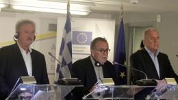 Ο επίτροπος Εσωτερικών Υποθέσεων, Μετανάστευσης και Ιθαγένειας Δημήτρης Αβραμόπουλος (Δ), ο υπουργός Εξωτερικών, Ευρωπαϊκών Υποθέσεων, Μετανάστευσης και Ασύλου του Λουξεμβούργου και προεδρεύοντα του Συμβουλίου Ζαν Άσελμπορν (Α) και ο αναπληρωτής υπουργός Μεταναστευτικής Πολιτικής Γιάννης Μουζάλας (Κ), κάνουν δηλώσεις για το μεταναστευτικό στο γραφεία της Ευρωπαϊκής Επιτροπής, Παρασκευή 16 Οκτωβρίου 2015. ΑΠΕ-ΜΠΕ / ΑΠΕ-ΜΠΕ / ΑΛΕΞΑΝΔΡΟΣ ΒΛΑΧΟΣ