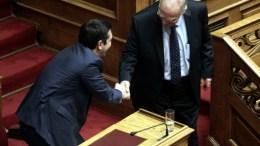 ΦΩΤΟΓΡΑΦΊΑ ΑΡΧΕΙΟΥ. Ο πρωθυπουργός Αλέξης Τσίπρας (Α) χαιρετάει τον πρόεδρο της Ένωσης Κεντρώων Βασίλη Λεβέντη (Δ) στη Βουλή. ΑΠΕ-ΜΠΕ, ΑΛΕΞΑΝΔΡΟΣ ΒΛΑΧΟΣ