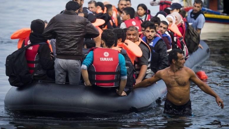 Φωτογραφία Αρχείου: Refugees traveling by overloaded rubber dinghy from Turkey arrive at the coast near Mytilene, Lesbos, Greece. EPA, ZOLTAN BALOGH