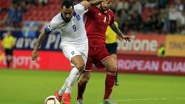 Ο παίκτης της Εθνικής Κώστας Μήτρογλου (Α) μάχεται για την μπάλα με τον παίκτη της Ουγγαρίας Tamas Kadar (Δ), κατά τη διάρκεια του αγώνα για το UEFA EURO 2016 ανάμεσα στην Ελλάδα και την Ουγγαρία, την Κυριακή 11 Οκτωβρίου 2015, στο Στάδιο Καραϊσκάκη. Η Ελλάδα νίκησε με σκορ 4 -3. ΑΠΕ ΜΠΕ/ΟΡΕΣΤΗΣ ΠΑΝΑΓΙΩΤΟΥ