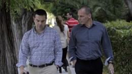 Φωτογραφία αρχείου. Ο πρωθυπουργός, Αλέξης Τσίπρας (Α), και ο τότε υπουργό Οικονομικών, Γιάννης Βαρουφάκης (Δ), περπατούν μαζί στον εθνικό κήπο. Στην Αθήνα, το Σάββατο 13 Ιουνίου 2015. ΑΠΕ-ΜΠΕ, ΟΡΕΣΤΗΣ ΠΑΝΑΓΙΩΤΟΥ