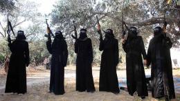 """Γυναίκες του ΙΚ ,με μπούρκα και νικάμπ, το γνωστό κάλυμμα του προσώπου των μουσουλμάνων γυναικών. Φωτογραφία από την έκθεση """"Γυναίκες καμικάζι, ο γυναικείος τζιχάντ"""" που δημοσιεύτηκε από το Γαλλικό Κέντρο Έρευνας για την Πληροφόρηση (CF2R)."""