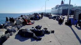 Πρόσφυγες και μετανάστες ξαπλωμένοι πάνω σε κουβέρτες στο λιμάνι της Μυτιλήνης. Φωτογραφία Αρχείου.  ΑΠΕ-ΜΠΕ /ΣΤΡΑΤΗΣ ΜΠΑΛΑΣΚΑΣ