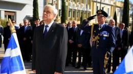 Ο Πρόεδρος της Δημοκρατίας Προκόπης Παυλόπουλος καταθέτει στεφάνι στο Μνημείο των Πεσόντων, στο πλαίσιο των εορταστικών εκδηλώσεων για τα 108 χρόνια από την απελευθέρωση της Χίου, από τον Οθωμανικό ζυγό, την Τετάρτη 11 Νοεμβρίου 2015. ΑΠΕ- ΜΠΕ, ΕΛΕΝΗ ΕΥΓΕΝΙΚΟΥ