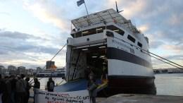 Απεργοί ναυτεργάτες μπροστά στους καταπέλτες πλοίων. Φωτογραφία αρχείου. ΑΠΕ-ΜΠΕ/ΑΠΕ-ΜΠΕ/ΟΡΕΣΤΗΣ ΠΑΝΑΓΙΩΤΟΥ