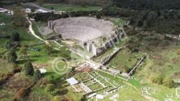 Tο αρχαίο θέατρο της Δωδώνης, Τετάρτη 14 Μαρτίου 2012. Είναι ένα από τα μεγαλύτερα θέατρα της αρχαιότητας, η αναστήλωση του οποίου απασχολεί το υπουργείο Πολιτισμού εδώ και δεκαετίες. Είναι γεγονός ότι το αρχαίο θέατρο της Δωδώνης, κατασκευασμένο τον 3ο αιώνα π.Χ., έχει υποστεί πολλές τροποποιήσεις, αλλά και φυσικές φθορές, που το απομάκρυναν από την αρχική του μορφή. Σ' αυτό συνέβαλαν οι ακραίες καιρικές συνθήκες της περιοχής, οι επεμβάσεις που έγιναν τη ρωμαϊκή περίοδο -οπότε το θέατρο μετατράπηκε σε αρένα-, αλλά και οι πρόσφατες αναστηλώσεις της δεκαετίας του '60, που έδωσαν μεν σχήμα στο κατακερματισμένο μνημείο, όχι όμως πάντα με τον καλύτερο τρόπο. Επιπλέον, η επί τρεις δεκαετίες επαναχρησιμοποίησή του πρόσθεσε νέα δεινά στα ήδη υπάρχοντα. Ευτυχώς το μνημείο έχει σταματήσει να δέχεται θεατές από το 2002.  ΑΠΕ ΜΠΕ/ΑΠΕ ΜΠΕ/STR
