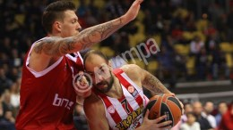 Daniel Theis (L) of Brose Baskets Bamberg and Vassilis Spanoulis (R) of Olympiacos Piraeus in action during the Basketball Euroleague TOP 16 Group F match held between Olympiacos Piraeus and  Brose Baskets Bamberg, at the SEF Indoor arena in Piraeus, Greece, 15 January 2016.  EPA, SPYROS CHORCHOUBAS