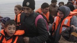 Πρόσφυγες φθάνουν με φουσκωτή βάρκα σε παραλία της Λέσβου. ΑΠΕ-ΜΠΕ/ΟΡΕΣΤΗΣ ΠΑΝΑΓΙΩΤΟΥ